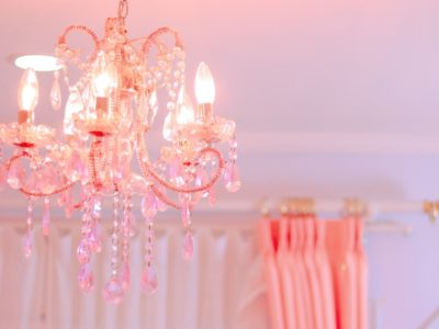ピンクのカーテンとシャンデリア